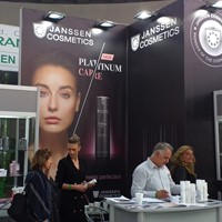 "Janssen Cosmetics mit der serbischen Partnerin auf der ""The Touch of Paris"" in Belgrad"